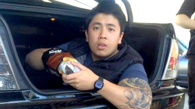Eating snacks in the trunk of a car? Classic Phuc Dat Bich.