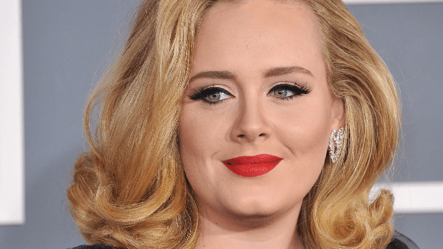 The queen of eyeliner, Adele, has posted a makeup-free selfie.