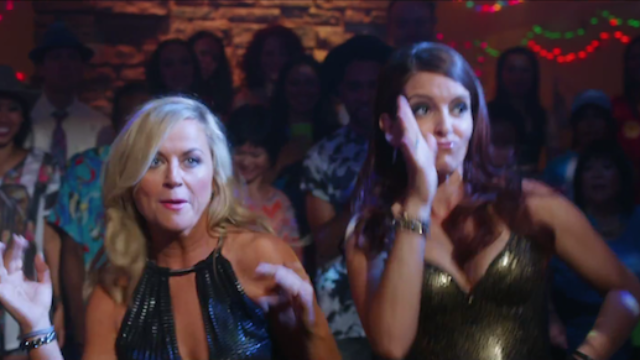 Amy Poehler and Tina Fey are finally playing sisters. Here's the new trailer.