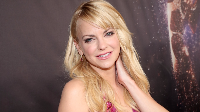 Anna Faris looked gorgeous and Pratt-less on the Emmys red carpet.