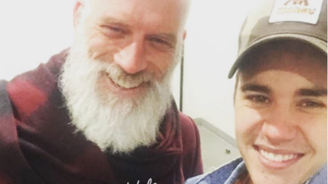 "Justin Bieber snaps pics with ""Fashion Santa"" for a good cause, but is probably still getting coal."