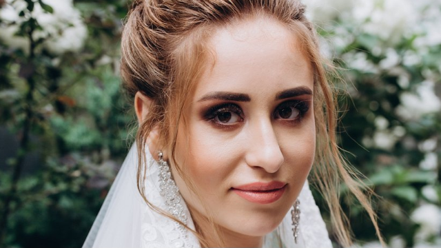 Broke bride tries to get makeup artist to work for free, gets schooled instead.