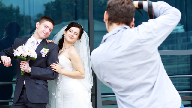Bride demands that wedding photographer copy another photographer's style, at a discount.