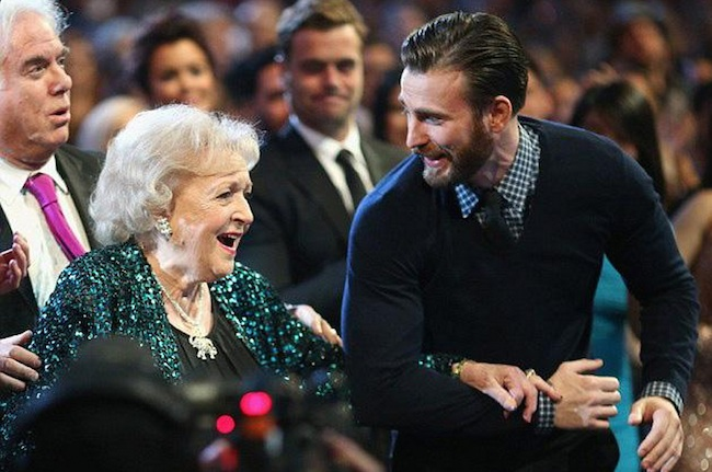 Chris Evans escorted Betty White on stage at the People's Choice Awards and the Internet's heart momentarily melted.
