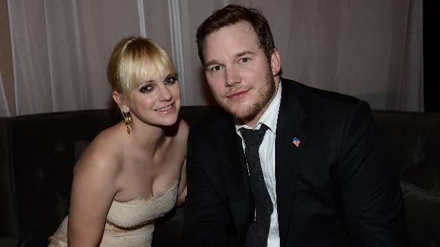 Chris Pratt took a photo with his wife's doppelganger and Anna Faris did not look amused.