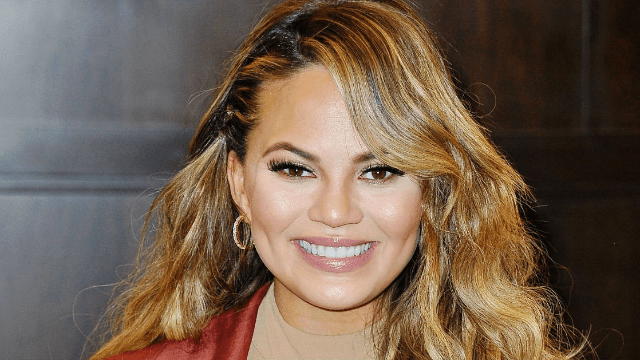 Chrissy Teigen drags a fan who claims she can't cook. Twitter eats it up.