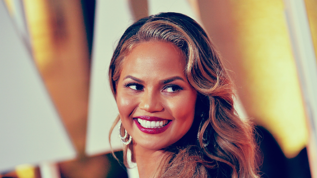 People tried to drag Chrissy Teigen for cooking with her hands. Huge mistake.