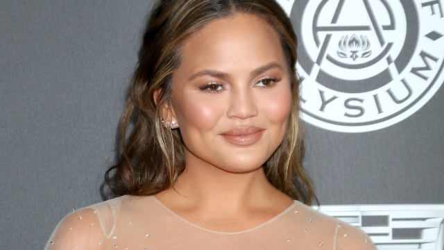 Chrissy Teigen savagely takes down a mom-shamer who criticized her daughter Luna's hair.