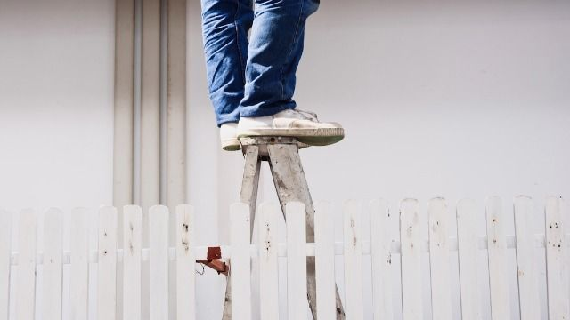 21 photos of people working in wildly unsafe or high-risk situations.