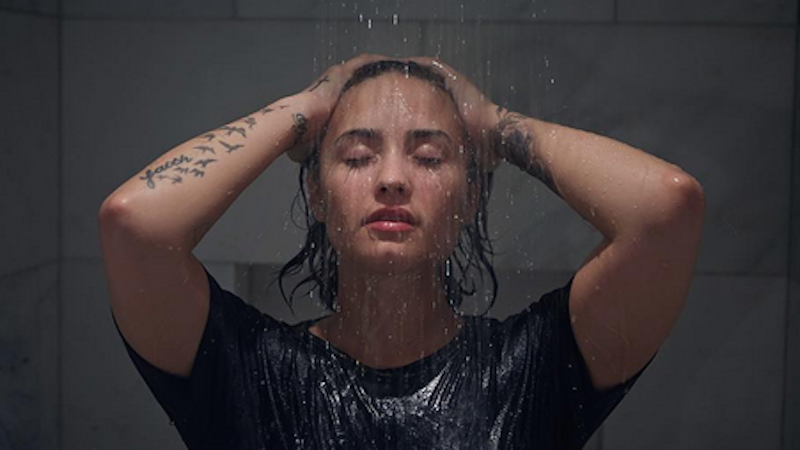 Demi Lovato does nude photo shoot without makeup, without clothes, and with confidence.
