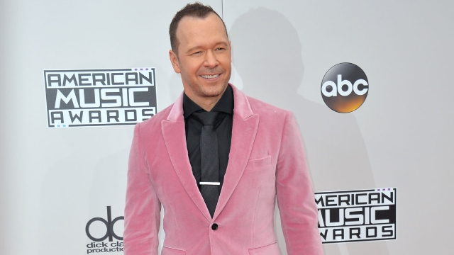 Donnie Wahlberg leaves $2000+ tip for IHOP server, inspiring others to join #2020TipChallenge.