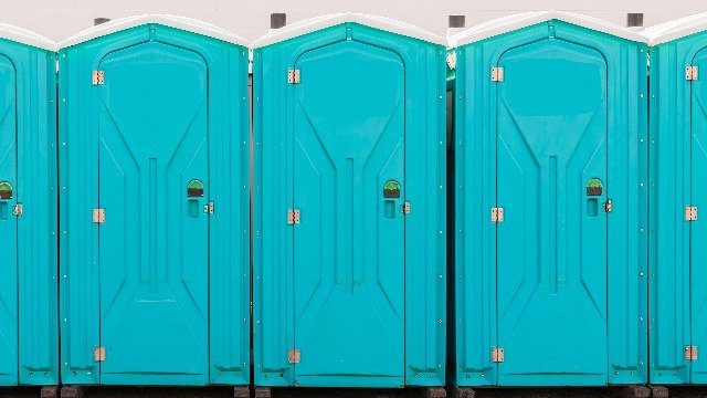 25 people share the funniest thing they've seen written on a bathroom stall.