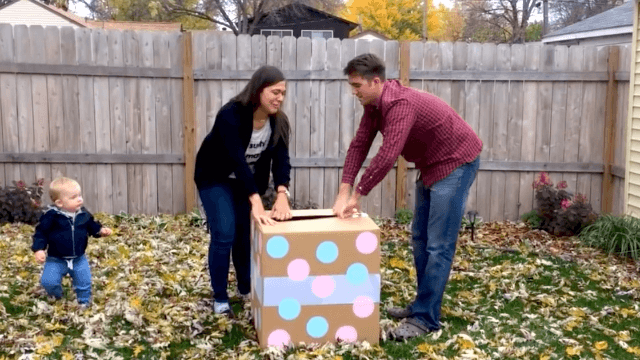 See the hilariously disappointing moment a balloon company ruins this family's gender reveal party.