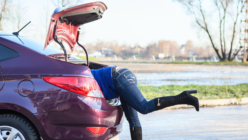 Girl catches boyfriend cheating, hides in his trunk, and live-tweets the whole thing.