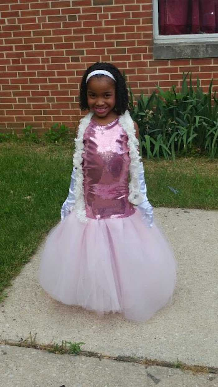5-year-old designs her own dress for pre-school graduation, totally steals the show.