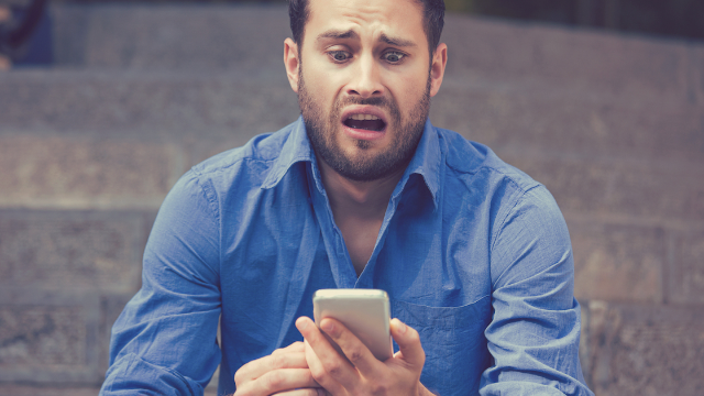 Guy's date demands he turn on his 'read receipts' and the internet thinks he should 'run.'