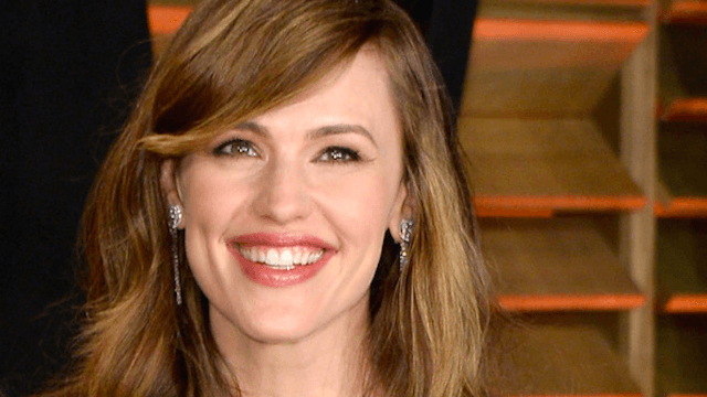 Jennifer Garner trolls paparazzi's annoying romance questions, says she's dating Brad Pitt.