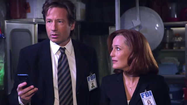 Jimmy Kimmel explains two decades of new technology to Mulder and Scully in 'X-Files' reboot.