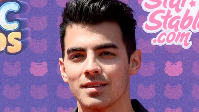 Joe Jonas found the most unexpected doppelgänger, and Twitter is here for it.