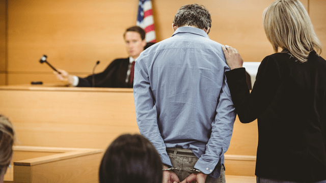 Judge goes NFL on out-of-control defendant by tackling him to the ground.