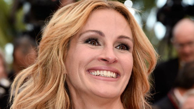 Julia Roberts dyed her hair red and looks just like her 'Pretty Woman' character.
