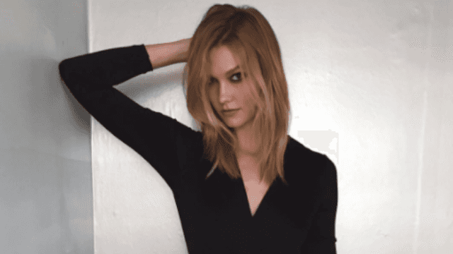 Karlie Kloss bleached the crap out of her hair.