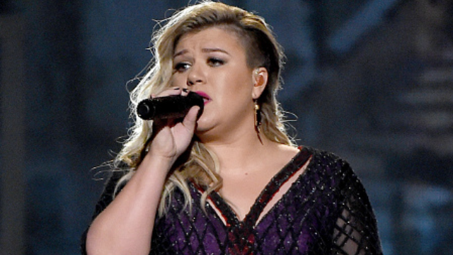 Kelly Clarkson sets new bar for crowd work with casual mid-song pregnancy announcement.