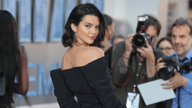 Kendall Jenner shows off bangin' new haircut and it's not a wig for once.