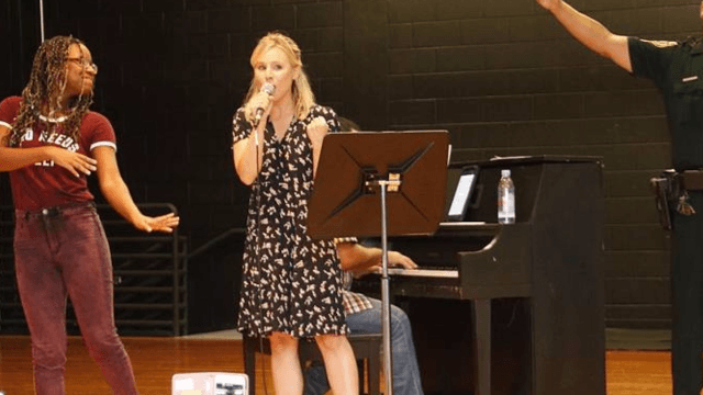 Watch Kristen Bell sing for Hurricane Irma evacuees like a real Disney princess.