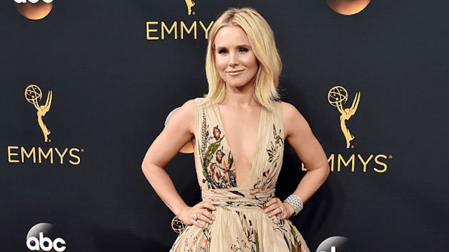 Kristen Bell took a selfie eating pizza at the Emmys to prove she DGAF.