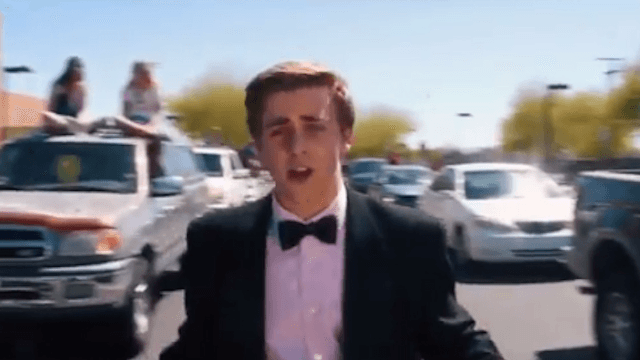 Teen channels 'La La Land' in adorable musical promposal to Emma Stone.