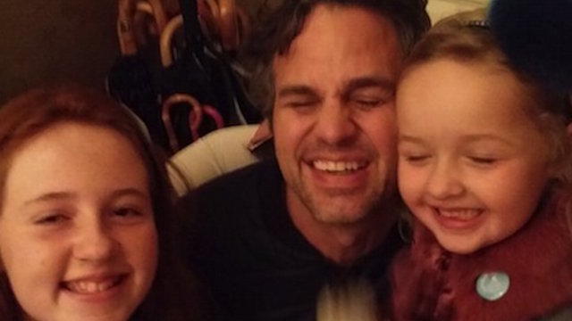 Mark Ruffalo gave two little girls a reward for finding his lost phone and wallet in the blizzard.