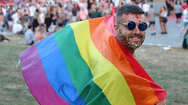 Gay man gets glittery revenge on homophobe who called him a gay slur.