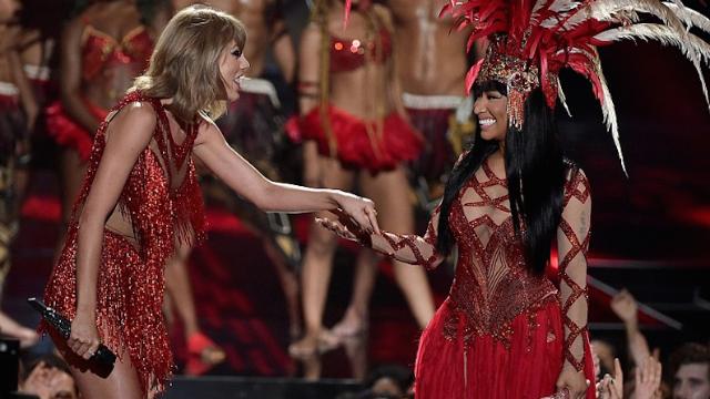 Nicki Minaj and Taylor Swift very awkwardly buried the hatchet on the VMAs last night.