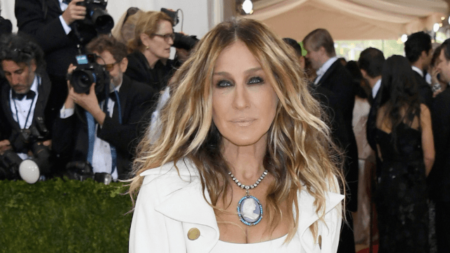 Sarah Jessica Parker hits back at fashion blogger who didn't like her weird colonial Met Gala outfit.