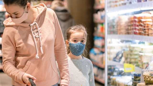Parents applaud single mom's post defending bringing her daughter shopping during pandemic.