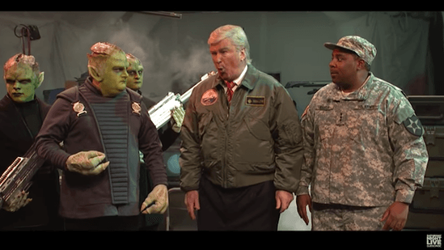 Alec Baldwin returns to 'SNL' to show us how badly Trump would handle an alien invasion.