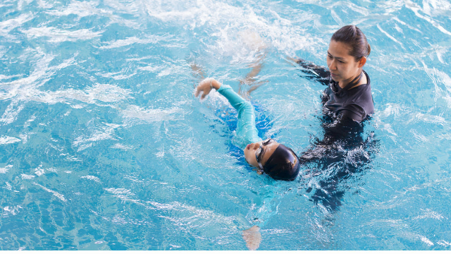 Woman offering free swimming lessons encounters freeloading mom from hell.