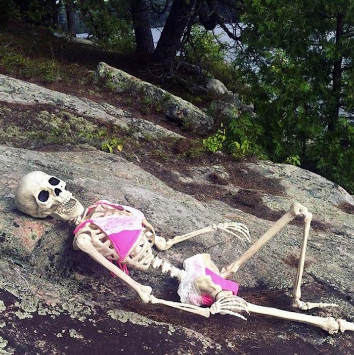 Resultado de imagen para skeleton sunbathing