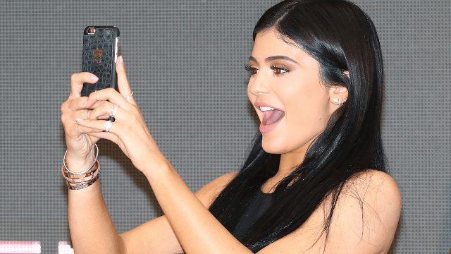 Doing this weird thing with your hands can make your selfies as good as Kylie Jenner's.