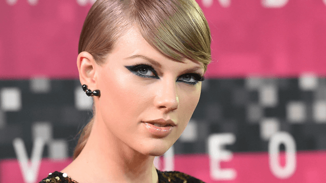 Resourceful fans use Post-it notes to send Taylor Swift support during her groping trial.