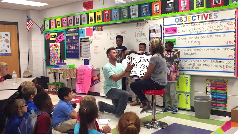 Teacher gets adorable proposal she can't refuse from her boyfriend and her elementary students.