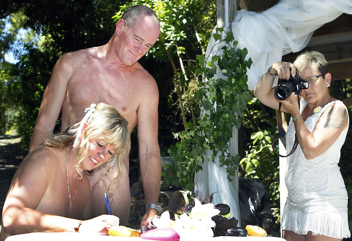 15 of the most hilariously bizarre wedding photos to ever ...
