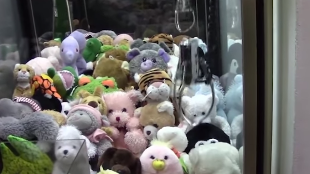 This video proves that claw machines are rigged.