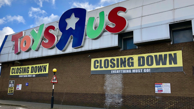Toys R Us Posted Final Heartbreaking Photo Before Closing And The