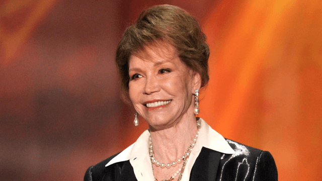 Twitter reacts to the death of TV legend Mary Tyler Moore.