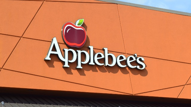 Woman shames a guy for asking her on a date to Applebee's and someone calls her out.