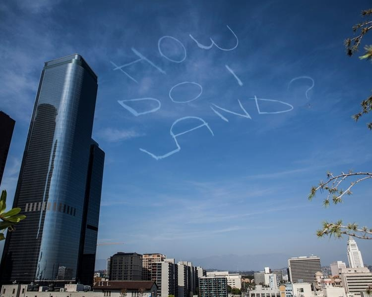 A comedian raised over $6,000 to skywrite a joke over LA. Here's what he wrote.