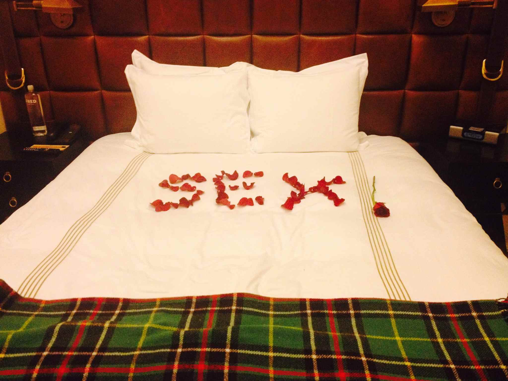 guy has hotel staff write romantic message in rose petals